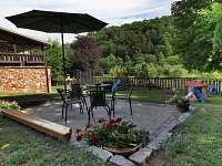 Zahradní sezení u chatky - ubytování Sýkořice