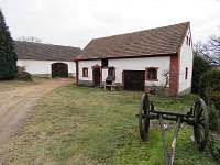 Ubytování u Pražanů Martinice - dvůr s bývalou konírnou a stodolou