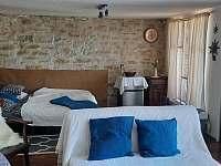 obývací místnost-postele - chata k pronájmu Židovice nad Labem