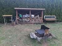 Ohniste s grilem a kamenem - pronájem chaty Kostomlátky - Doubrava