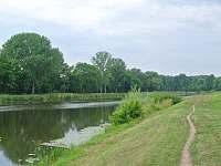 Řeka 10m před chatou - k pronájmu Kostomlátky - Doubrava