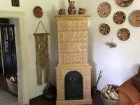 Kachlová kamna v obývacím pokoji - Zaječov