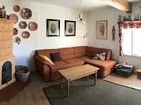 Pokoj s kachlovými kamny a rozkládací pohovkou