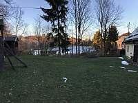 Zahrada a výhled na rybník v zimě - Zaječov