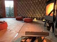 krbová kamna vás i v mrazech zahřejí a zpříjemní atmosféru - chata k pronajmutí Chotýšany
