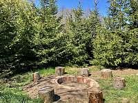 ohniště je uzpůsobeno tak, aby se dal na něj položit žulový kámen rošt na gril - pronájem chaty Chotýšany