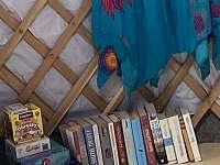 Věšák na oděv, knihy a hry k zapůjčení - Chotýšany