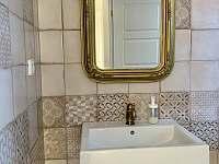 Koupelna v patře - chalupa k pronájmu Skvrňov