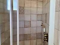 Koupelna v přízemí - chalupa k pronajmutí Skvrňov