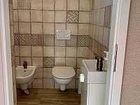 Koupelna v přízemí - chalupa k pronájmu Skvrňov