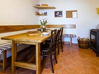 jídelní stůl v kuchyni - chalupa ubytování Stupčice