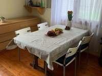 Jídelní stůl v obýváku - chalupa ubytování Nová Živohošť