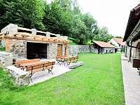 Dvůr a parkoviště - chalupa k pronájmu Krásná Hora nad Vltavou - Vletice