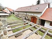 Dvůr s pergolou a parkoviště - chalupa k pronajmutí Krásná Hora nad Vltavou - Vletice