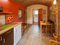 Apartmán č. 2 - kuchyňka se vstupem do koupelny