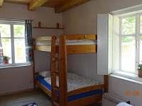 Ložnice v přízemí s manželkou postelí a palandou
