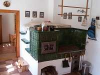 Kachlový sporák s pecí v kuchyni - chalupa k pronájmu Černíkovice