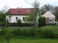 Pohled na chalupu z cesty přes potůček - Černíkovice