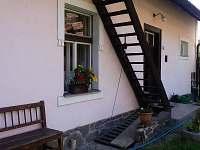 Vchod do objektu z uzavřeného dvora, schodiště nahoru se nepoužívá - pronájem chalupy Černíkovice