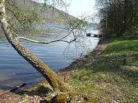 Dokonalý klid u řeky a hodně ryb v řece je sen každého rybáře