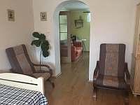 obývací pokoj s dvěmi lůžky - apartmán k pronajmutí Županovice