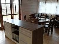 obývací pokoj s jídelnou a kuchyňským pultem