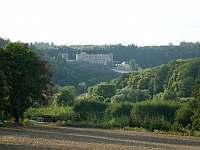 Pohled na hrad 3km pohodové chůze od chaty podél řeky Sázavy