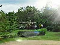 Hřiště a chata z dálky - k pronájmu Milešov - Loužek