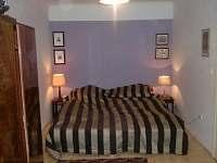 fialový pokoj pro hosty