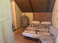 Druhá ložnice v patře s jedním lůžkem a jedním dvoulůžkem