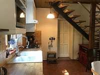 Kuchyně a dveře do ložnice v přízemí