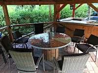 Zastřešená pergola s venkovní kuchyní,grilem.