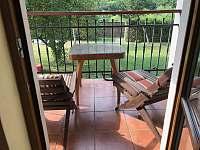 Zastřešený balkon s posezením v ložnici v přízemí