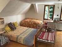 horní pokoj s dětskou postýlkou - Lašovice