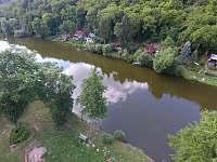řeka před chatou - k pronájmu Sázava