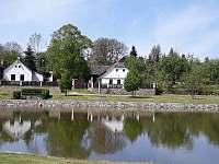 Pohled z druhé strany rybníka - chalupa ubytování Milešov