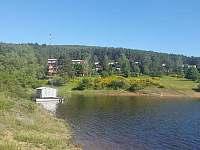 Pohled na chaty s apartmány 3 + 1 v květnu a zátoka Struhy II