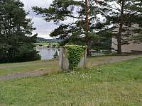 Pohled od lesa na apartmány 1 + 1 a zátoku Struhy II