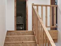 schodiště do 1. patra - chalupa k pronájmu Petrovice