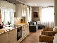 Příjemný interiér - kuchyňský kout - rekreační dům k pronajmutí Mělník
