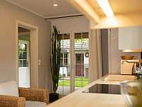 Z kuchyně vedou francouzské dveře na dvoreček - pronájem rekreačního domu Mělník