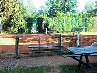 tenisový kurt v areálu