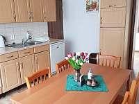 Apartmán 2 - kuchyň s jídelním stolem