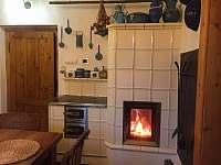 Kachlová kamna v kuchyni - chalupa ubytování Kácov