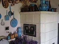 Kuchyně kachlová kamna se sporákem - chalupa k pronájmu Kácov