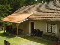 Starší chalupa - pohled od společné terasy