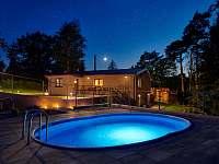 Bazén v noci - pronájem chaty Slapy - Lahoz