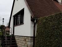 Boční pohled, schody z obývacího pokoje na zahradu