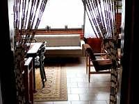 Pohled do obývacího pokoje z chodby