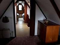 Pohled z první ložnice do horní chodby